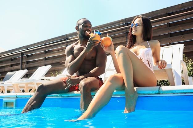 Grupa Przyjaciół Bawiąca Się I Relaksująca W Basenie Podczas Letnich Wakacji Darmowe Zdjęcia