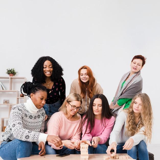 Grupa Przyjaciół Grających Razem W Drewnianą Wieżę Darmowe Zdjęcia