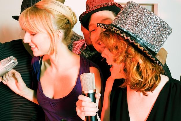 Grupa przyjaciół o imprezie karaoke Premium Zdjęcia