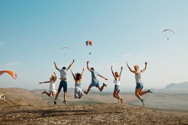 Grupa Przyjaciół Skaczących Na Szczycie Wzgórza Darmowe Zdjęcia