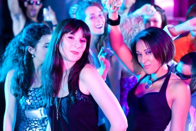 Grupa przyjaciół w nocnym klubie Premium Zdjęcia