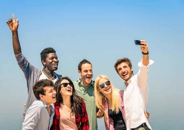 Grupa Przyjaciół Wielorasowe Biorąc Selfie Na Wakacje Letnie Wakacje Premium Zdjęcia