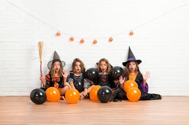 Grupa Przyjaciół Z Kostiumami Wampirów I Czarownic Na święta Halloween Premium Zdjęcia
