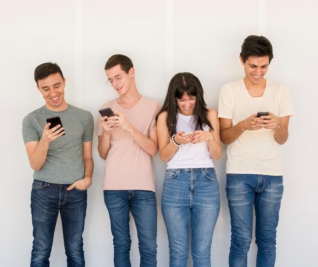 Grupa Przyjaciół Z Telefonami Komórkowymi Darmowe Zdjęcia