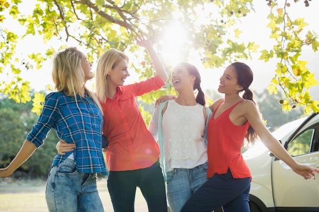 Grupa Przyjaciół, Zabawy W Parku Premium Zdjęcia