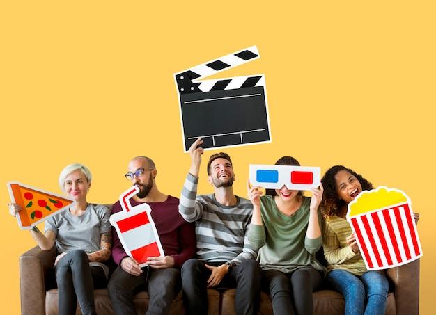 Grupa różnorodni przyjaciele trzyma filmów emoticons Darmowe Zdjęcia