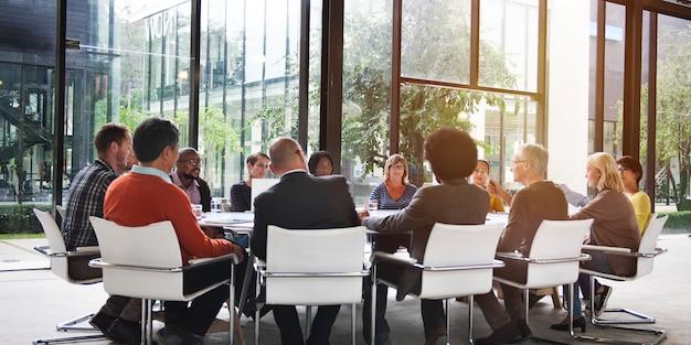 Grupa Różnych Ludzi O Spotkanie Biznesowe Premium Zdjęcia