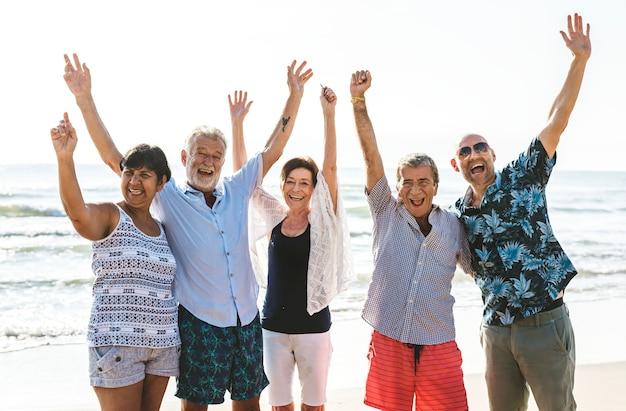 Grupa seniorów na plaży Premium Zdjęcia