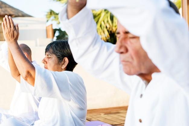Grupa seniorów praktykujących jogę rano Premium Zdjęcia