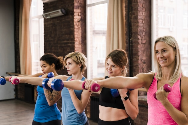 Grupa śliczne Dorosłe Kobiety Pracujące Przy Gym Out Darmowe Zdjęcia