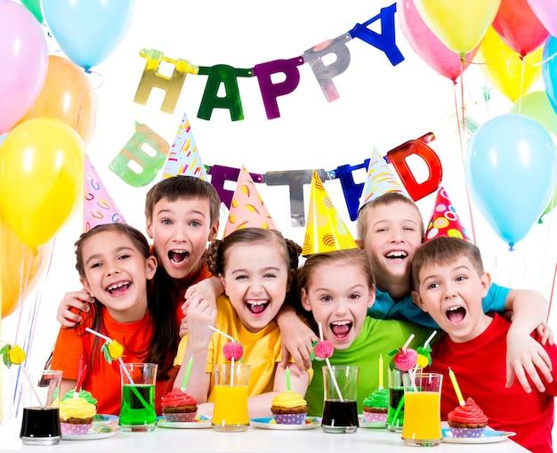 Grupa śmiejących Się Dzieci Zabawy Na Przyjęciu Urodzinowym - Na Białym Tle. Darmowe Zdjęcia