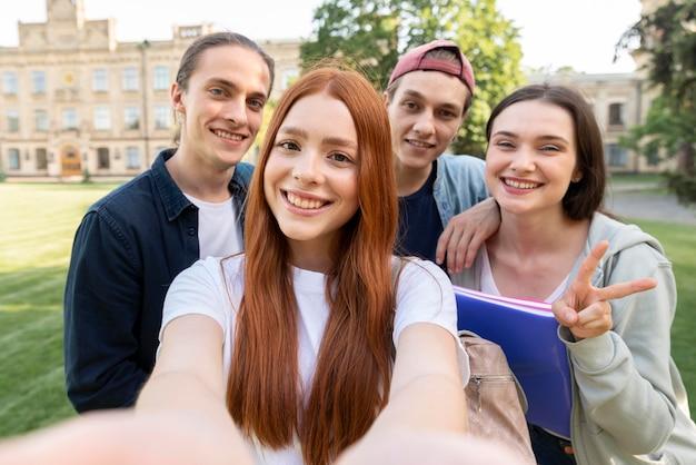 Grupa Studentów Biorących Selfie Darmowe Zdjęcia
