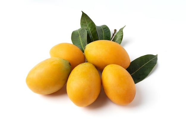 Grupa Sweet Yellow Marian śliwka Na Białym Tle Na Białym Tle. Premium Zdjęcia