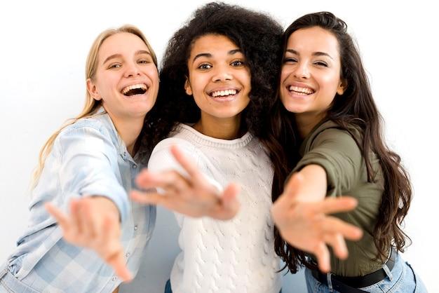 Grupa Szczęśliwy Młodych Kobiet Ono Uśmiecha Się Darmowe Zdjęcia