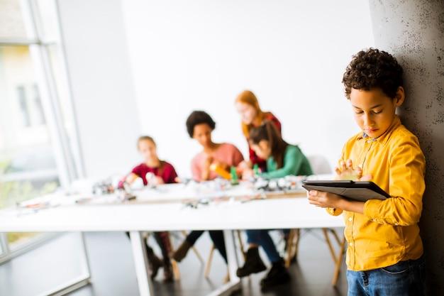 Grupa Szczęśliwych Dzieci Z Ich African American Nauczycielką Premium Zdjęcia