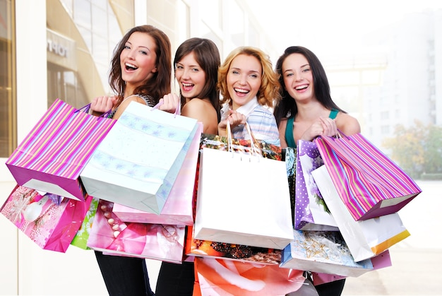 Grupa Szczęśliwych Uśmiechniętych Kobiet Robi Zakupy Z Kolorowymi Torbami Darmowe Zdjęcia