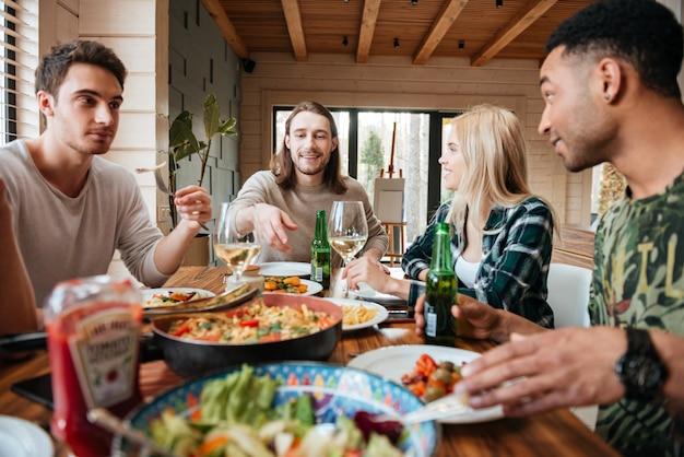 Grupa Szczęśliwych Uśmiechniętych Wielorasowych Przyjaciół Jeść, Pić I Mówić Premium Zdjęcia