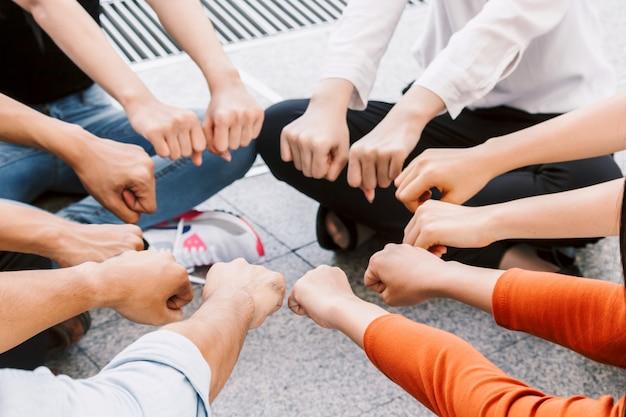 Grupa zespołu pracy ludzi dając pięść wpadać razem Premium Zdjęcia