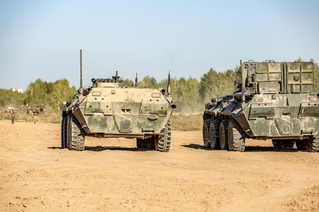 Grupa żołnierzy Na Czołgach Na Wolnym Powietrzu Na ćwiczeniach Wojskowych. Koncepcja Wojny, Wojska, Technologii I Ludzi Premium Zdjęcia