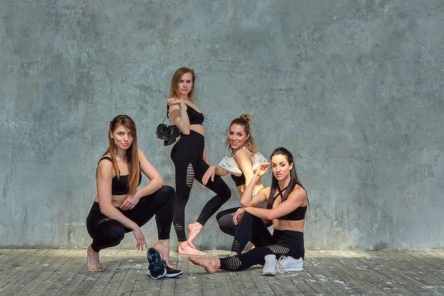 Grupowy Portret Młode Sportowe Podekscytowane Piękne Dziewczyny Z Matami Do ćwiczeń Stojących Obok Białej ściany, śmiejąc Się I Rozmawiając Razem. Szczerzy śmieszni Uczniowie Czekają Na Rozpoczęcie Zajęć. Premium Zdjęcia