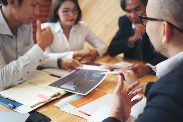 Grupuj Spotkania Biznesmenów W Celu Przeprowadzenia Burzy Mózgów, Analizy I Planowania Marketingu. Premium Zdjęcia
