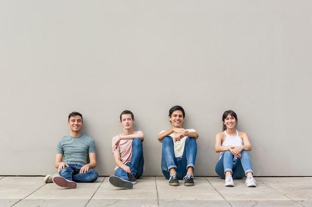 Grupuje Młodych Przyjaciół Ono Uśmiecha Się Wpólnie Darmowe Zdjęcia
