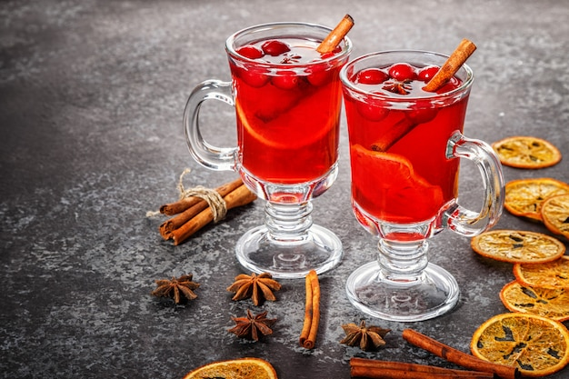Grzane Wino Z Cynamonem, Anyżem, żurawiną I Pomarańczą. Premium Zdjęcia