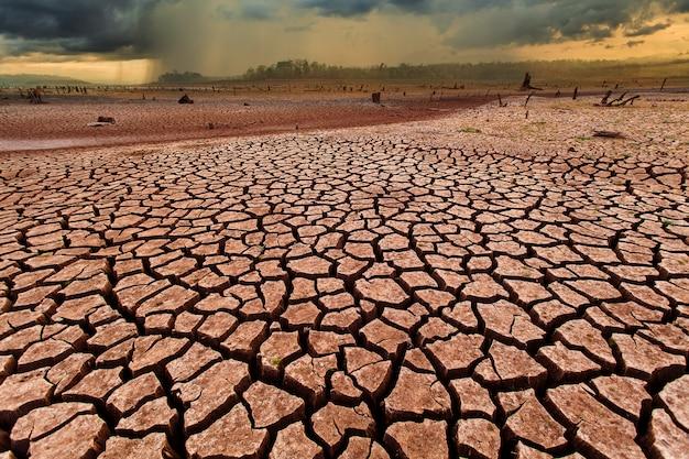 Grzmot burzy niebo chmury deszczowe pęknięty suchy ląd bez wody Premium Zdjęcia