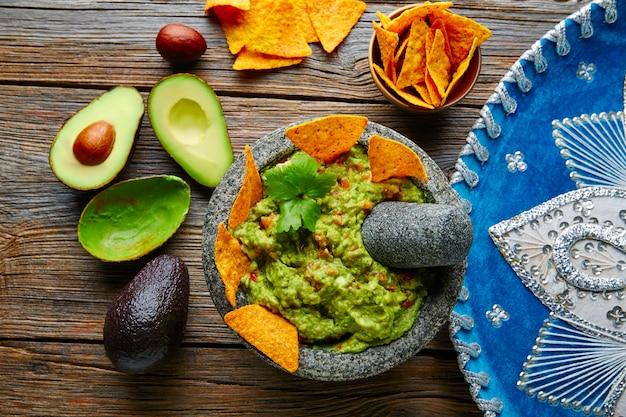 Guacamole Z Nachos W Meksykańskim Molcajete Premium Zdjęcia