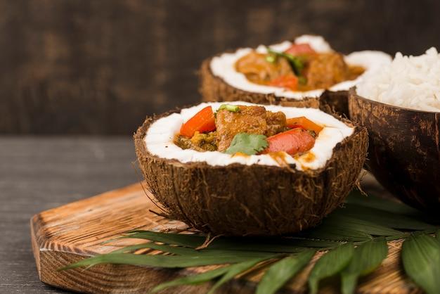 Gulasz I Ryż W Talerzach Kokosowych Darmowe Zdjęcia