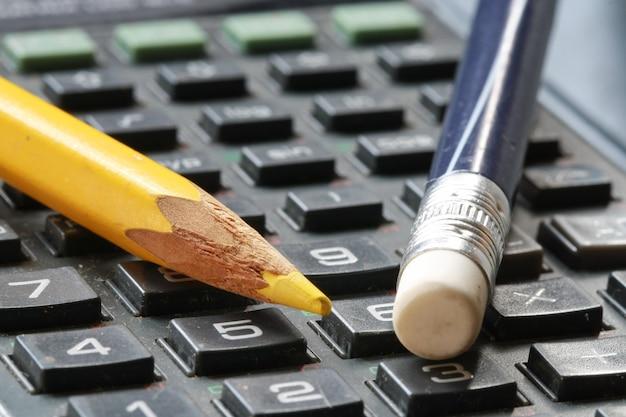 Gumka i ołówek na kalkulatorze Premium Zdjęcia