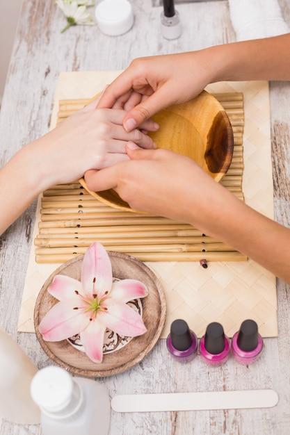 Gwóźdź Technika Daje Klientowi Manicure'owi Premium Zdjęcia