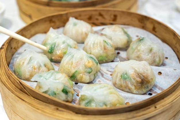 Ha Gow Warzywo Wypełnione Arkuszem Ciasta. Dim Sum Chińskie Jedzenie W Drewnianej Tacy Premium Zdjęcia