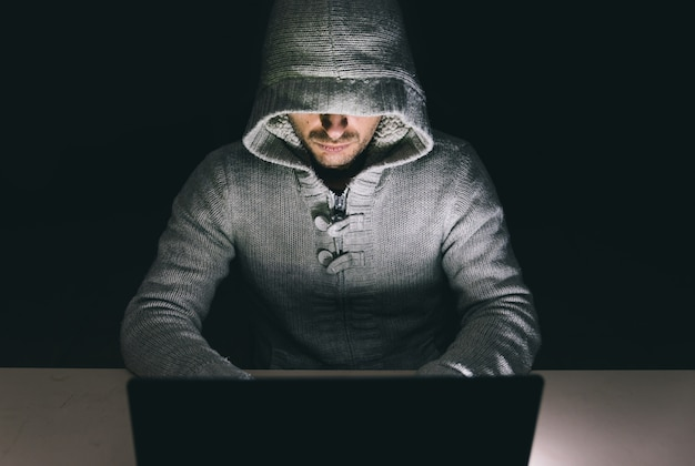 Haker W Pracy Na Swoim Komputerze Premium Zdjęcia