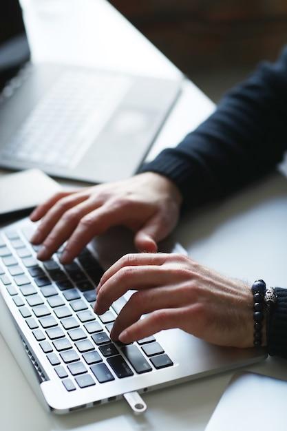 Hakera Mężczyzna Na Laptopie Darmowe Zdjęcia