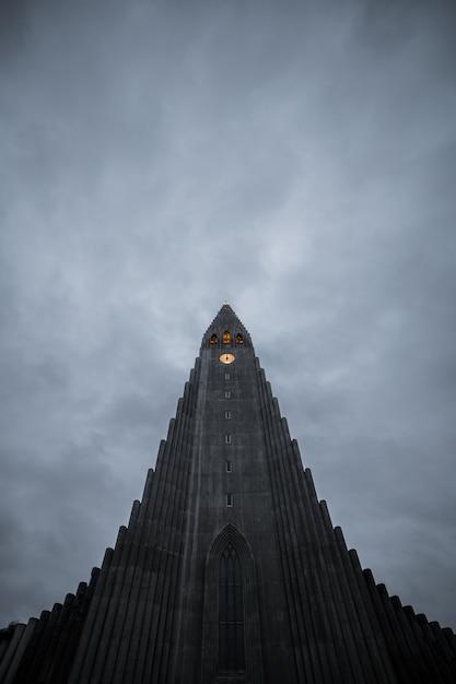 Hallgrimskirkja, reykjavik katedra w chmurnym dniu, iceland. Premium Zdjęcia