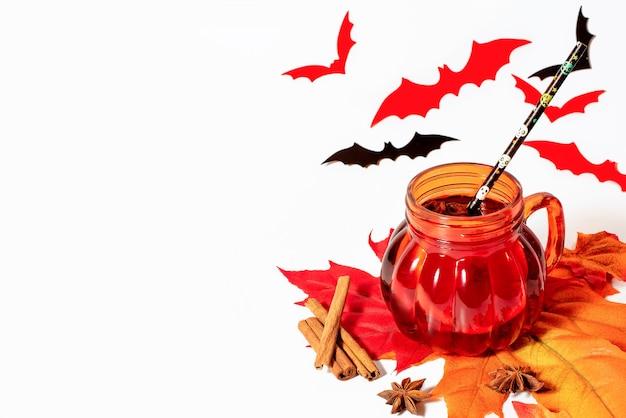 Halloween Grzane Wino W Kształcie Dyni Kubek Z Przyprawami Na Białym Tle. Premium Zdjęcia