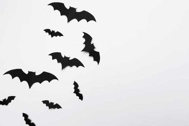 Halloween i dekoracja pojęcie - papierowi nietoperzy latać Premium Zdjęcia