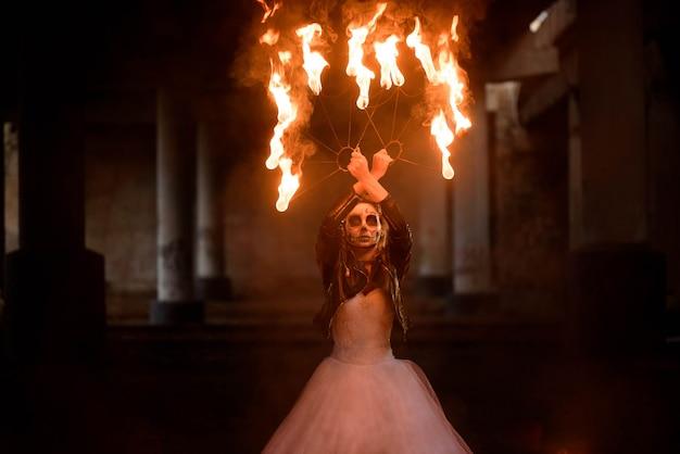 Halloween młoda piękna dziewczyna z makijażu szkieletem Premium Zdjęcia