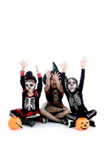 Halloweenowa Impreza Z Azjatyckimi Grupowymi Dziećmi Premium Zdjęcia