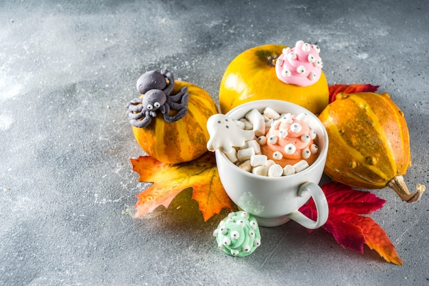 Halloweenowa śmieszna gorąca czekolada z piankami Premium Zdjęcia