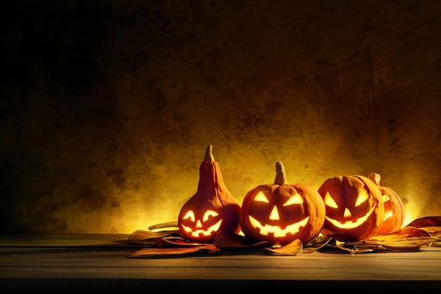 Halloweenowe banie noc straszny na drewnianym Premium Zdjęcia