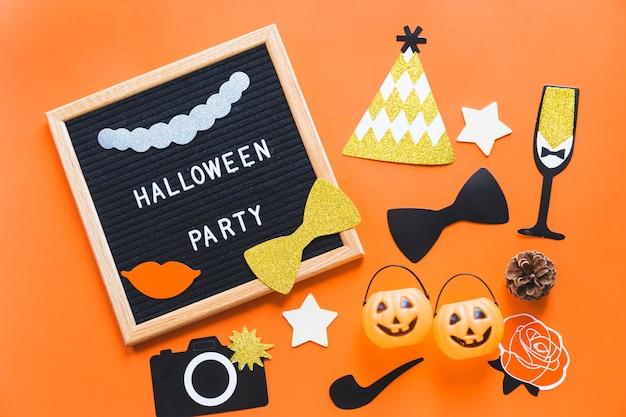 Halloweenowe naklejki i wiadra w pobliżu ramki z pisania Darmowe Zdjęcia