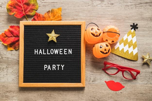 Halloweenowe rzeczy i liście w pobliżu ramki z pisania Darmowe Zdjęcia
