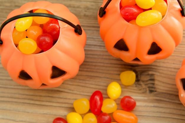 Halloweenowi dyniowi kosze pełno cukierki Premium Zdjęcia