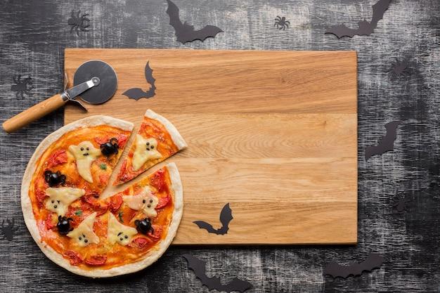 Halloweenowi pizza plasterki na drewnianej desce Darmowe Zdjęcia