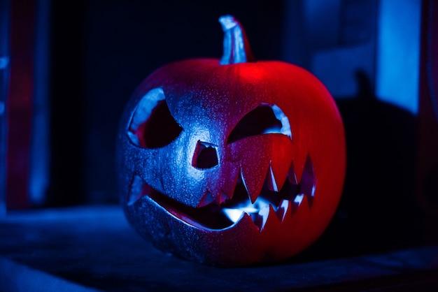 Halloweenowy dyniowy latarniowy jack przy nocą przy jesień festiwalem Premium Zdjęcia
