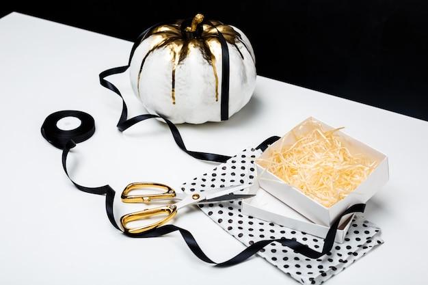 Halloweenowy Wystrój Na Bielu Stole Nad Czerni Powierzchnią Darmowe Zdjęcia