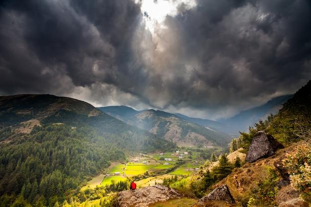 Halna Dolina Z Promieniami Słońca W Chmurnym Niebie Premium Zdjęcia