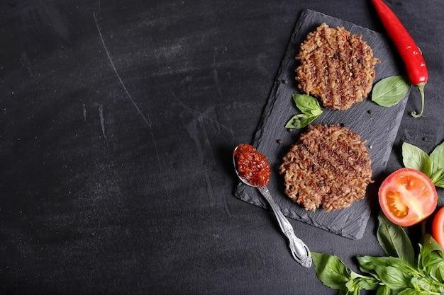 Hamburger Na Drewnianym Stole Tło Darmowe Zdjęcia